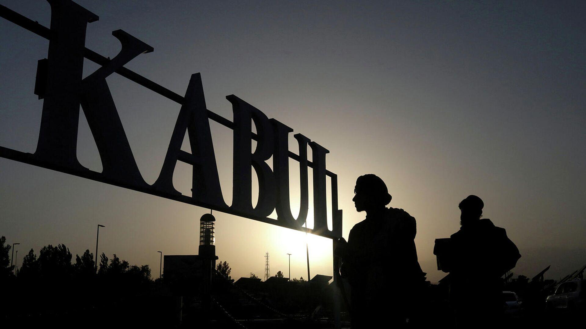 Боевики Талибана перед указательным знаком в международном аэропорту Хамида Карзая в Кабуле (9 сентября 2021). Афганистан - Sputnik Армения, 1920, 14.10.2021