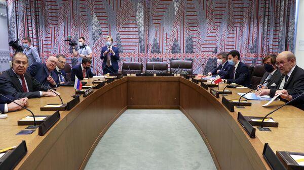 Министры иностранных дел России и Франции Сергей Лавров и Жан-Ив Ле Дриан во время встречи в рамках 76-й сессии Генассамблеи ООН (24 сентября 2021). Нью-Йорк - Sputnik Армения