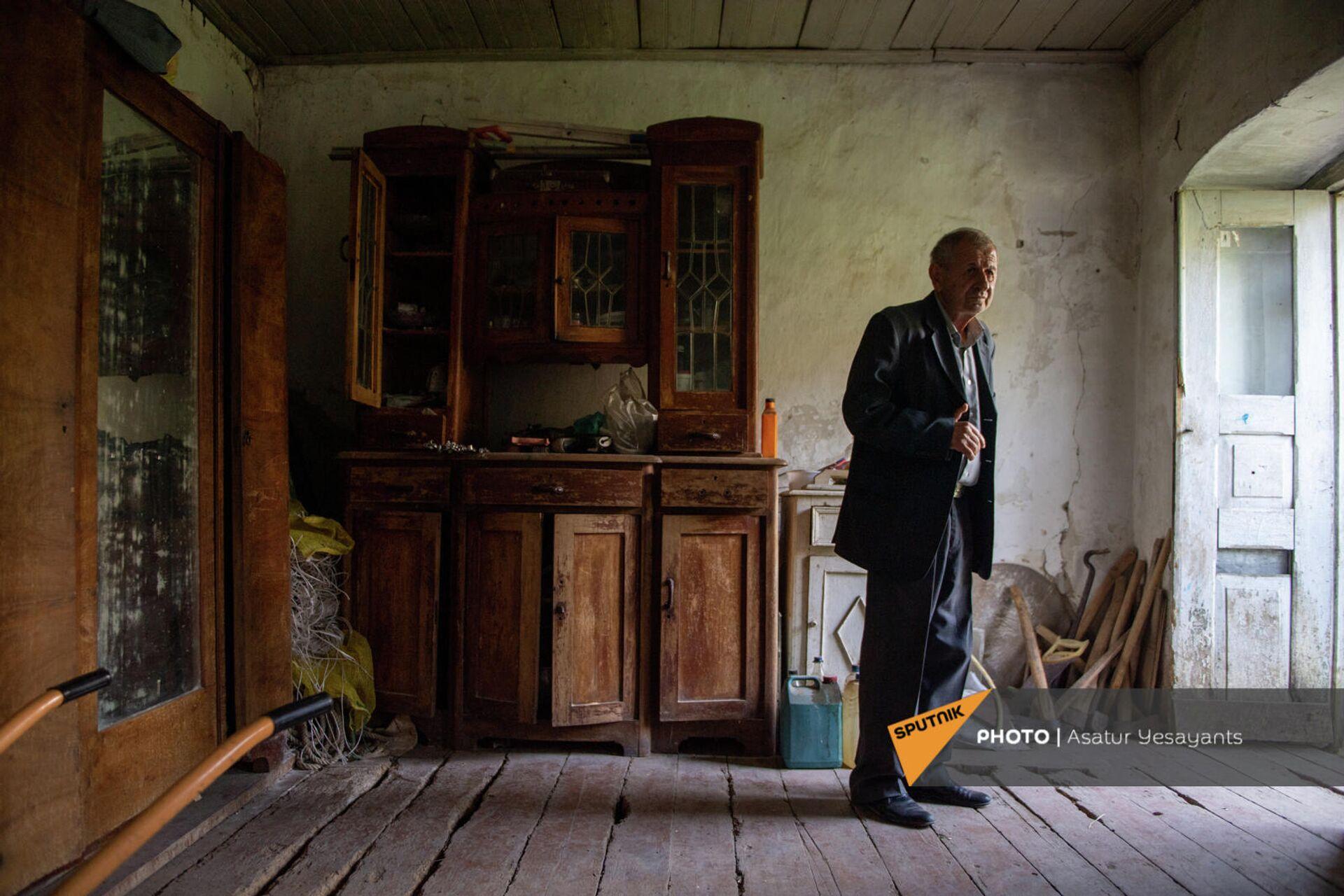 Эдик Ванесян в доме героя Азата Шеренца в фильме Мы и наши горы Авага - Sputnik Արմենիա, 1920, 24.09.2021