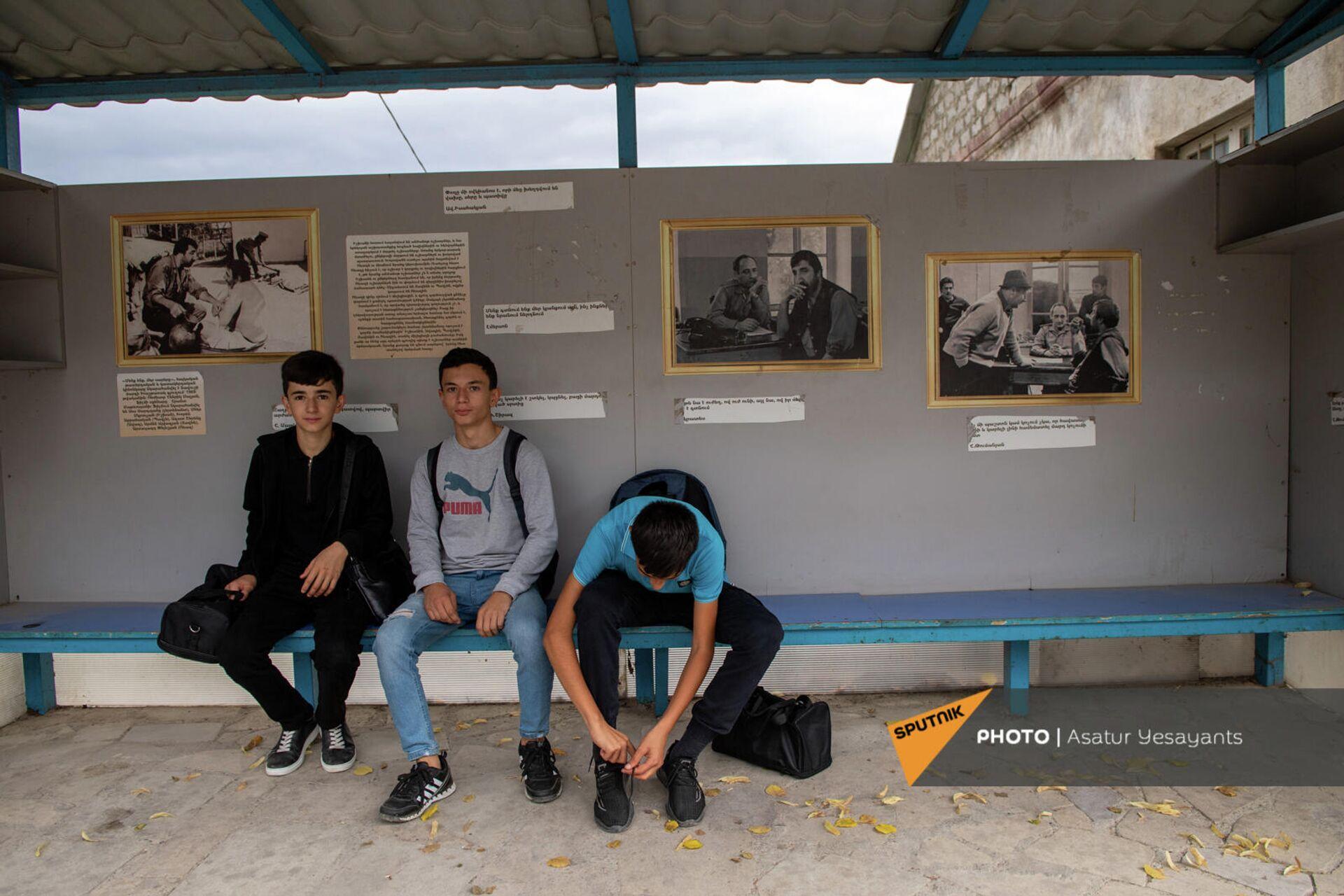 Автобусная остановка в селе Хаштарак с фотографиями из фильма Мы и наши горы - Sputnik Արմենիա, 1920, 24.09.2021
