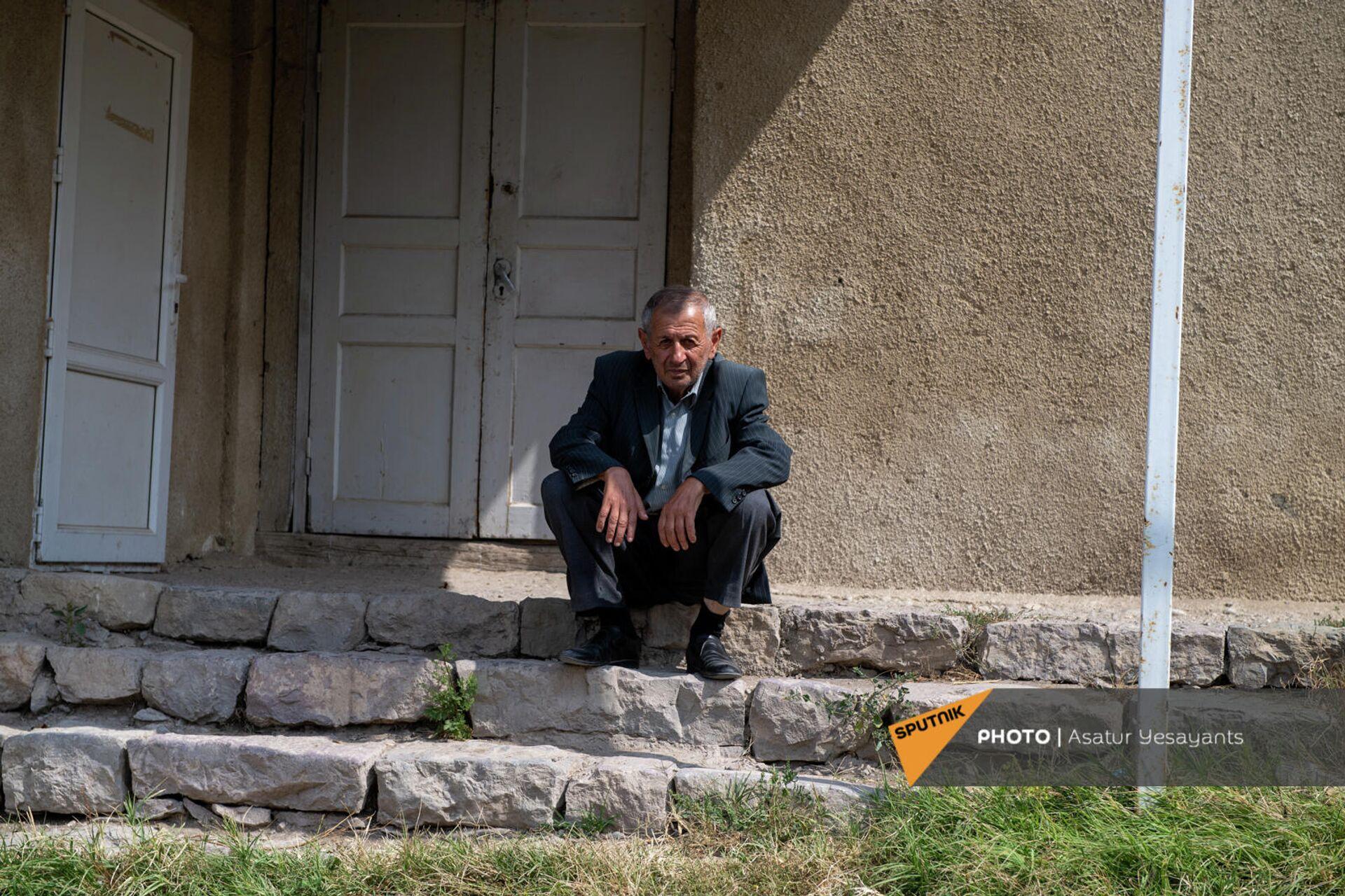 Эдик Ванесян сидит на лестнице, где герой Соса Саркисяна в фильме Мы и наши горы произвел допрос Завена - Sputnik Արմենիա, 1920, 24.09.2021