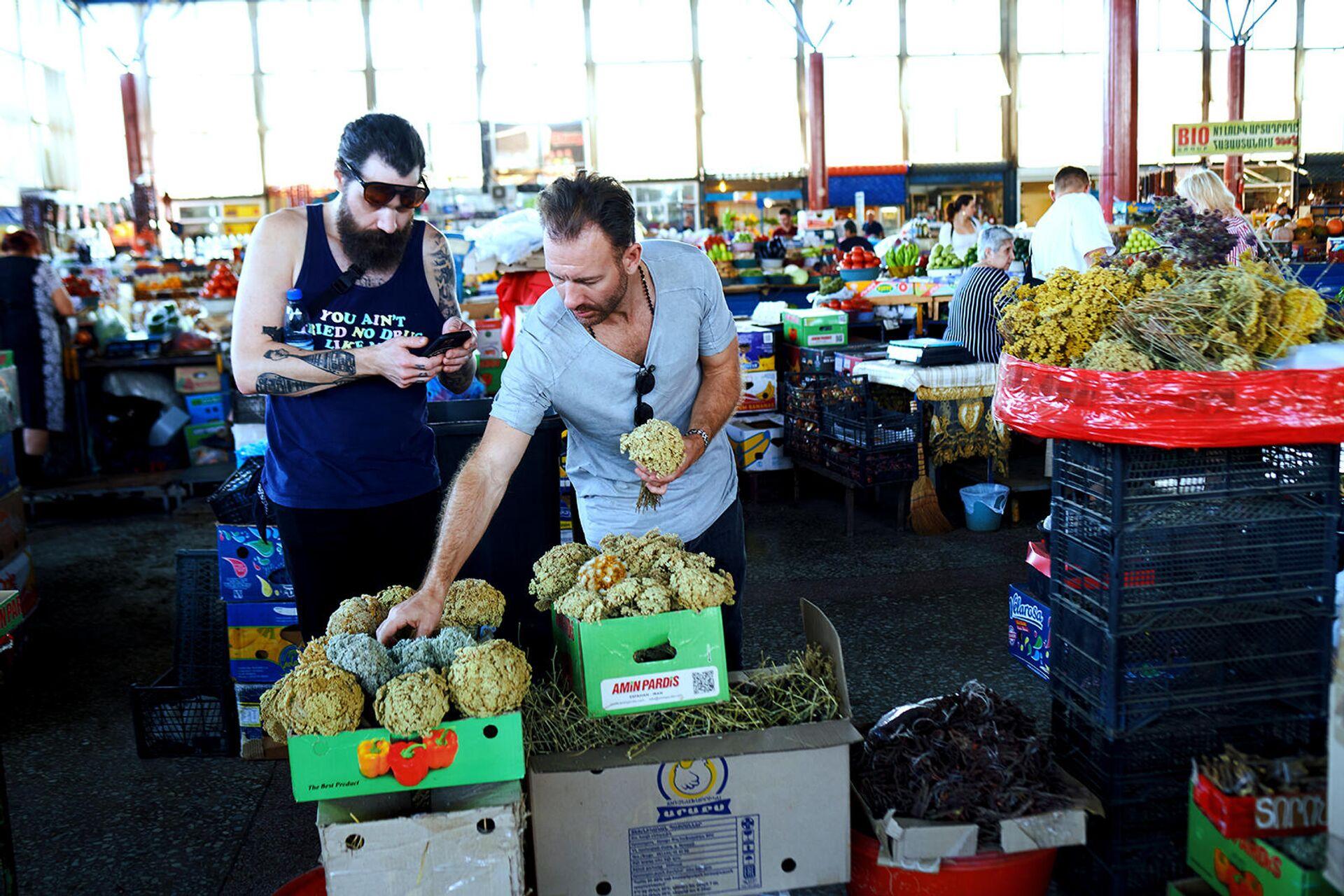 Шеф Мэдс Рефслунд со своей командой на рынке Гум в Ереване - Sputnik Արմենիա, 1920, 25.09.2021