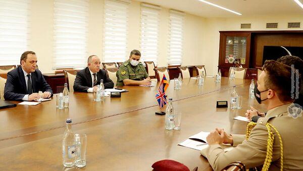 Министр обороны Аршак Карапетян принял Чрезвычайного и Полномочного посла Великобритании Джона Галлахера (24 сентября 2021). Еревaн - Sputnik Армения