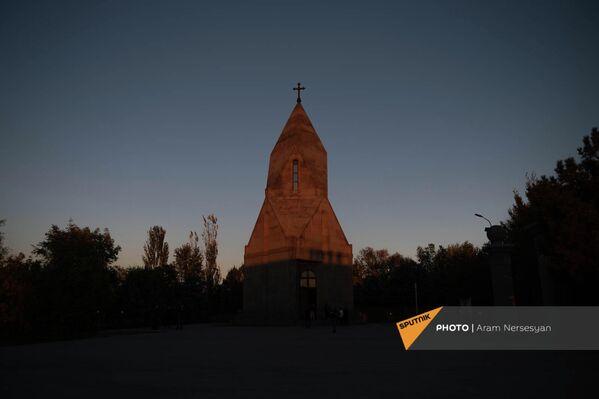 Церковь Сурб Вардананц в военном пантеоне Ераблур - Sputnik Армения