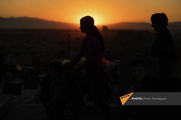 Женщины в Ераблуре накануне годовщины 44-дневной войны в Карабахе - Sputnik Армения