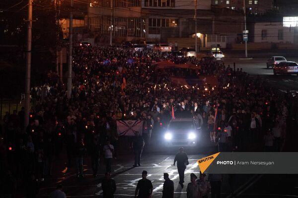 """Факельное шествие во главе с оппозиционным блоком """"Айастан"""" подходит к военному пантеону Ераблур накануне годовщины 44-дневной войны в Карабахе - Sputnik Армения"""