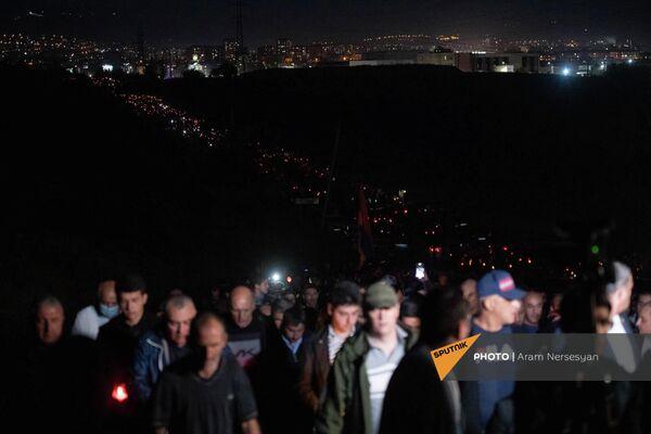 Участники факельного шествия в военном пантеоне Ераблур накануне годовщины 44-дневной войны в Карабахе - Sputnik Армения