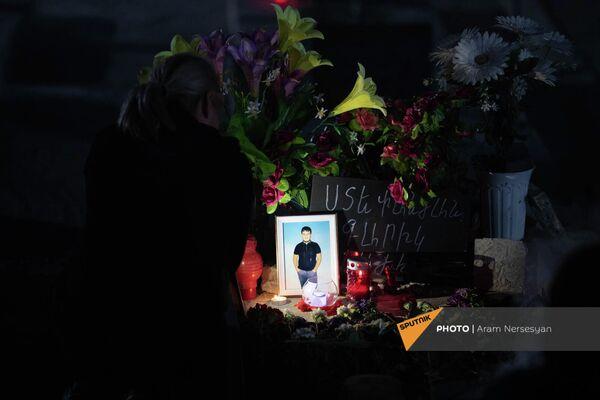 Цветы и фотография на одной из могил - Sputnik Армения