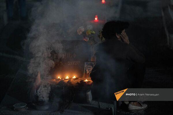 Дым от ладана у одной из могил - Sputnik Армения