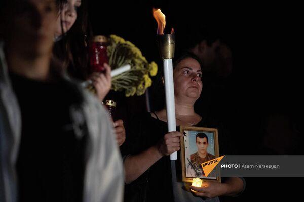 Родственники погибших со свечами и портретами - Sputnik Армения