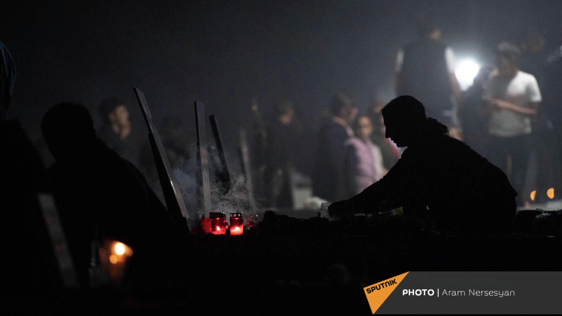 Военный пантеон Ераблур накануне годовщины 44-дневной войны в Карабахе - Sputnik Армения, 1920, 27.09.2021