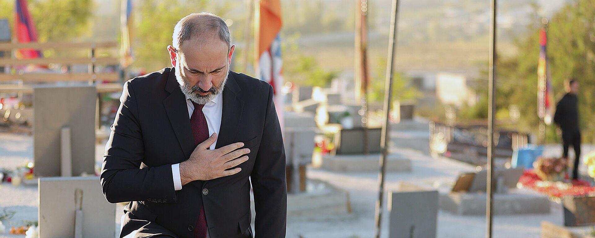 Премьер-министр Никол Пашинян посетил военный пантеон Ераблур и возложил цветы к могилам жертв 44-дневной карабахской войны (27 сентября 2021). Еревaн - Sputnik Армения, 1920, 27.09.2021