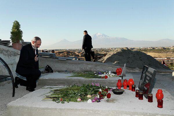 Премьер-министр Никол Пашинян посетил военный пантеон Ераблур и возложил цветы к могилам жертв 44-дневной карабахской войны (27 сентября 2021). Еревaн - Sputnik Армения