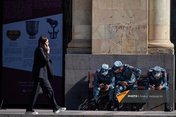 Полицейские на скамейке на площади Республики.  - Sputnik Армения