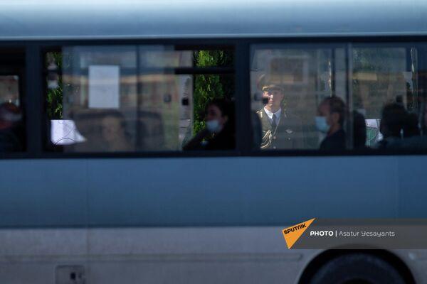Отражение почетного караула в окнах городского транспорта в день памяти начала 44-дневной карабахской войны. По всей территории Армении и Карабаха объявлена минута молчания. Акция проходит в память о погибших во время войны, развязанной Азербайджаном против Карабаха 27 сентября 2020 года. - Sputnik Армения