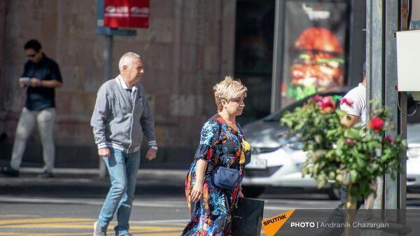 Прохожие на площади Республики  - Sputnik Армения