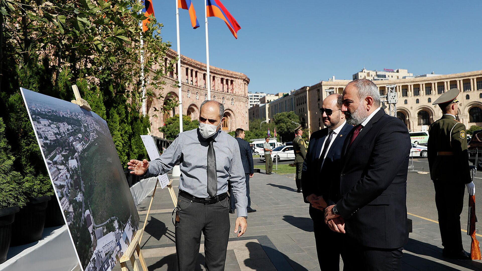 Премьер-министру Николу Пашиняну представляют проект Сквер жизни, который будет создан на территории ботанического сада (27 сентября 2021). Ереван - Sputnik Армения, 1920, 27.09.2021