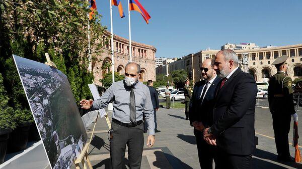 Премьер-министру Николу Пашиняну представляют проект Сквер жизни, который будет создан на территории ботанического сада (27 сентября 2021). Ереван - Sputnik Армения