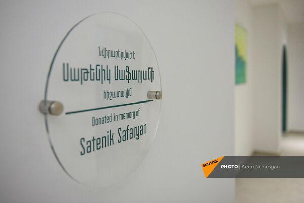 Табличка в память о Сатеник Сафарян в Клинике паллиативного ухода  Гематологического центра им. Р. Йоляна (28 сентября 2021). Еревaн - Sputnik Армения