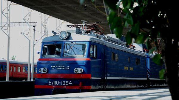 Товарный поезд ЮКЖД на участке Спандарян-9-й километр - Sputnik Армения