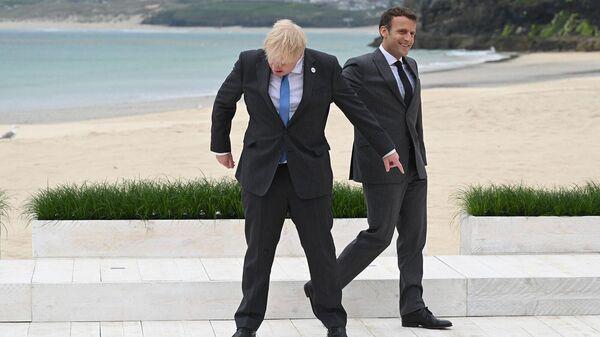 Премьер-министр Великобритании Борис Джонсон и президент Франции Эммануэль Макрон перед началом групповой фотосессии во время саммита G7 (11 июня 2021). Карбис-Бэй - Sputnik Արմենիա