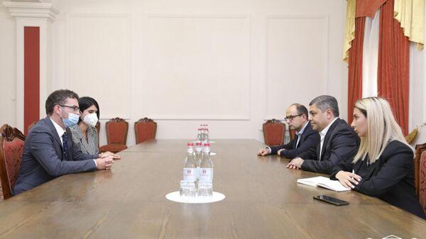Руководитель фракции Честь имею Артур Ванецян встретился с Чрезвычайным и Полномочным послом Великобритании Джоном Галагером (28 сентября 2021). Еревaн - Sputnik Армения