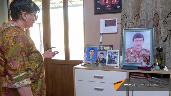 Մհեր Ափիկյանի մայրը` որդու հիշատակի անկյունի մոտ - Sputnik Արմենիա