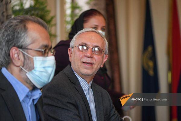 Чрезвычайный и полномочный посол Ирана в Армении на встрече с преподавателями и студентами факультета востоковедения ЕГУ - Sputnik Армения