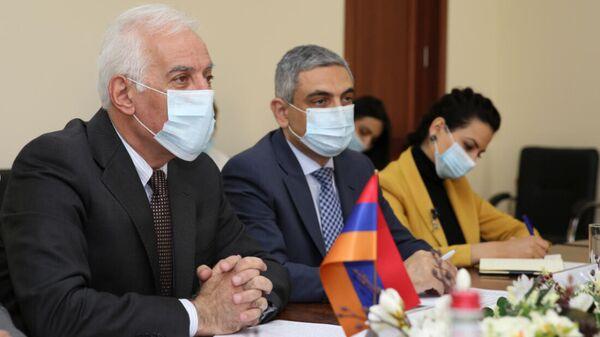 Министр высокотехнологической промышленности Ваагн Хачатрян принял делегацию во главе с Чрезвычайным и Полномочным Послом Республики Казахстан в РА Болатом Иманба (29 сентября 2021). Еревaн - Sputnik Армения