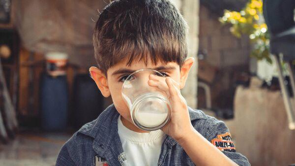 Мальчик пьет молоко - Sputnik Армения