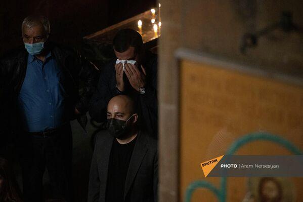 """Дудукист Камо Сейранян на панихиде заслуженного артиста Армении Айко (Айка Акопяна) в церкви Сурб Ованнес. Он был очень близок с Айко.""""Певец любви, ты всегда будешь жить в своих песнях…""""- такими словами он прощается с другом. - Sputnik Армения"""