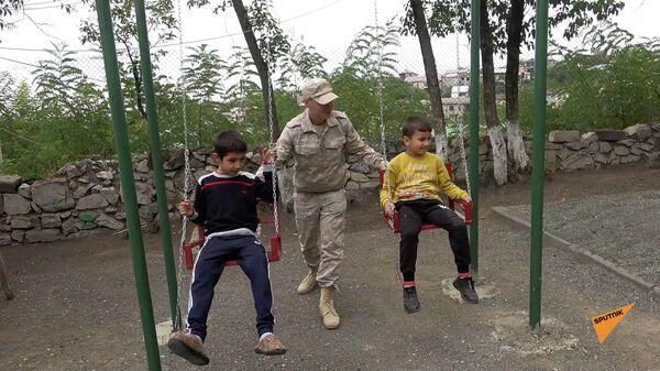 Российские миротворцы оказали гуманитарную помощь детям школы-интерната в Карабахе - Sputnik Армения