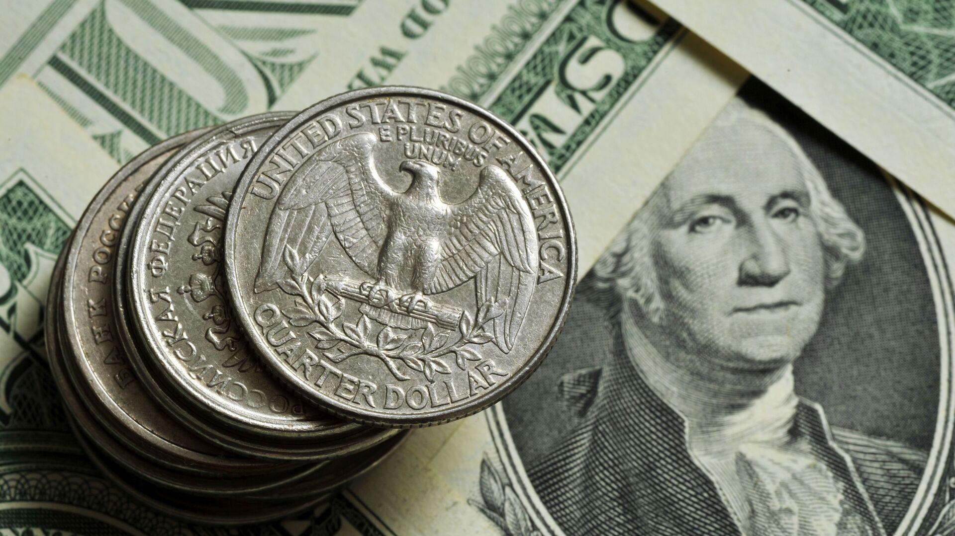 Монеты различного номинала Монетного двора США на фоне банкноты номиналом 1 доллар США - Sputnik Армения, 1920, 13.10.2021