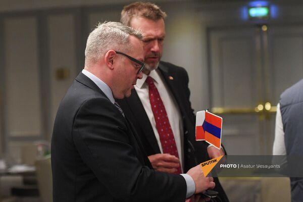 Флаги Армении и Чехии на армяно-чешском бизнес-форуме.Армения попытается обеспечить все необходимые условия для большей активности чешского бизнеса в Армении, сказал глава МИД Армении Арарат Мирзоян - Sputnik Армения