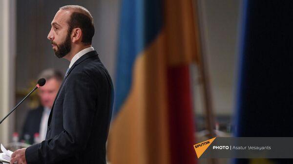 Министр иностранных дел Армении Арарат Мирзоян выступают с речью на армяно-чешском бизнес-форуме (1 октября 2021). Еревaн - Sputnik Армения