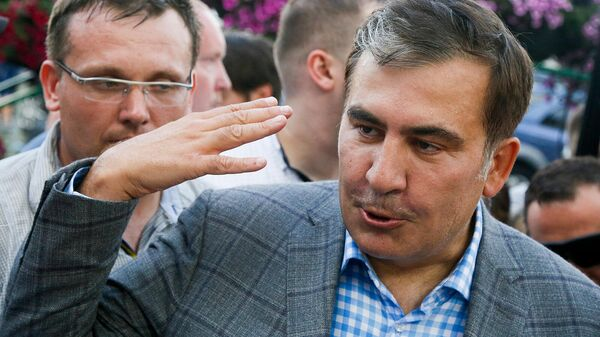 Бывший президент Грузии Михаил Саакашвили общается со своими сторонникам по прибытии в аэропорт Борисполь (29 мая 2019). Украина - Sputnik Армения