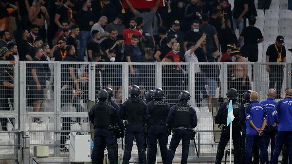 Полиция наблюдает за болельщиками Галатасарая перед футбольным матчем группы E Лиги Европы между Марселем и Галатасараем (30 сентября 2021). Марсель - Sputnik Արմենիա