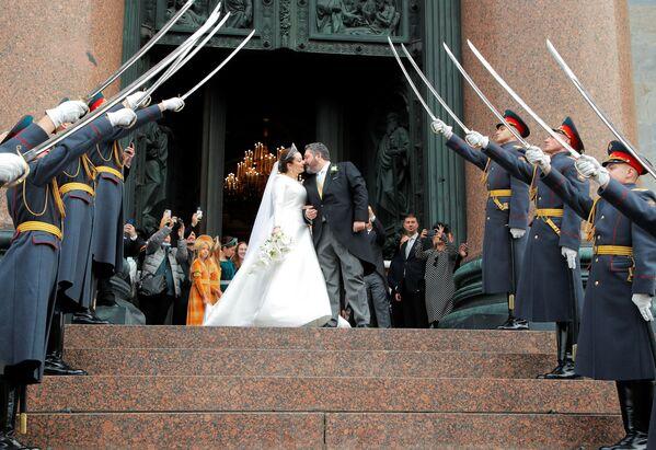 Великий князь Георгий Романов и Виктория Беттарини целуются на выходе из Исаакиевского собора в Санкт-Петербурге. - Sputnik Армения