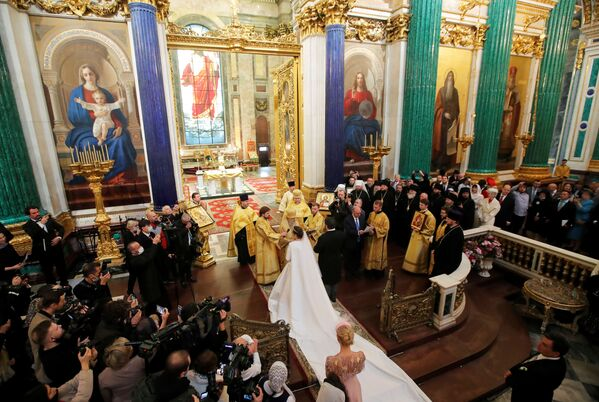 Великий князь Георгий Романов и Виктория Беттарини на свадебной церемонии в Исаакиевском соборе в Санкт-Петербурге. - Sputnik Армения