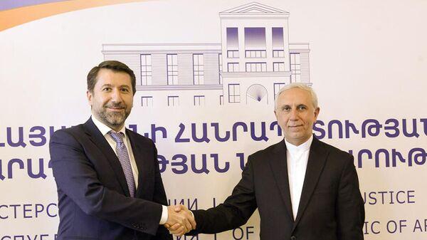 Mинистр юстиции Армении Карен Андреасян встретился с Чрезвычайным и Полномочным послом Ирана Аббасом Зогури (1 октября 2021). Еревaн - Sputnik Армения