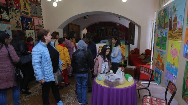 Русский Дом и Национальный эстетический центр  им.Игитяна организовали благотворительный вернисаж в поддержку семей из Карабаха (2 октября 2021). Гюмри - Sputnik Армения