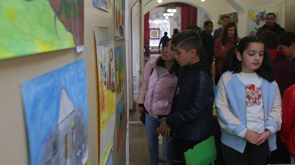 Русский Дом и Национальный эстетический центр  им.Игитяна организовали благотворительный вернисаж в поддержку семей из Карабаха (2 октября 2021). Гюмри - Sputnik Արմենիա