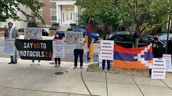 Молчаливая акция протеста молодежного крыла партии Дашнакцутюн перед посольством Армении в США (1 октября 2021). Вашингтон - Sputnik Արմենիա