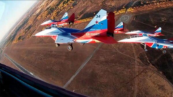 Стрижи показали высший пилотаж в небе над Челябинском  - Sputnik Армения