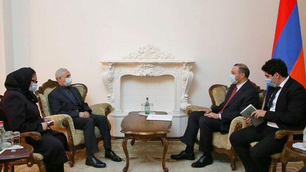 Секретарь Совбеза Армен Григорян принял Чрезвычайного и Полномочного посла Ирана Аббаса Бадахшана Зохури (4 октября 2021). Еревaн - Sputnik Армения
