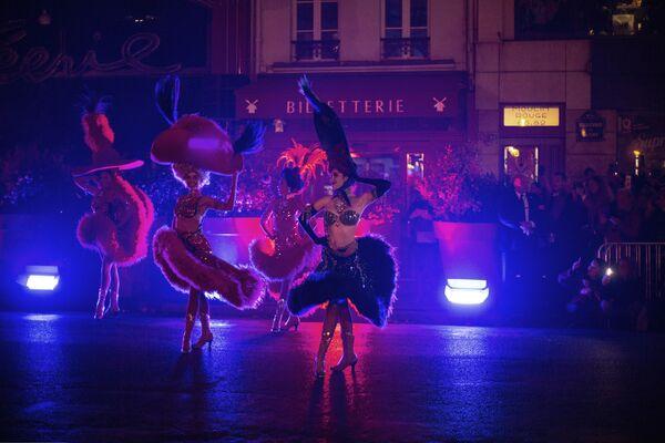 «Մուլեն Ռուժի» պարուհիները` բեմում։ - Sputnik Արմենիա