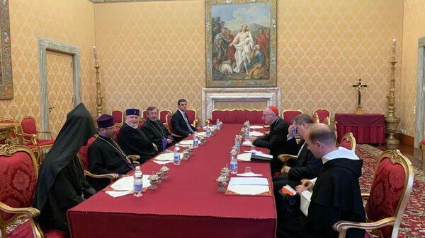 Омбудсмен Арман Татоян в составе делегации во главе с Католикосом Гарегином II принял участие во встрече с госсекретарем Ватикана кардиналом Пьетро Пароли (6 октября 2021). Ватикан - Sputnik Армения