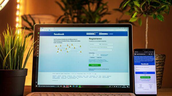 Социальная сеть Facebook на мониторе ноутбука - Sputnik Армения
