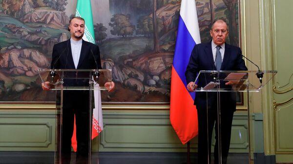 Министры иностранных дел РФ и Ирана Сергей Лавров и Хосейн Амир Абдоллахиан во время встречи (6 октября 2021). Москва - Sputnik Армения