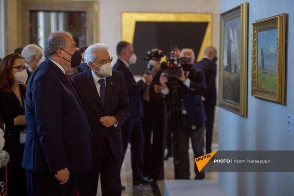 Президенты Армении и Италии Армен Саркисян и Серджио Матарелла на выставке армянских художников.  - Sputnik Армения